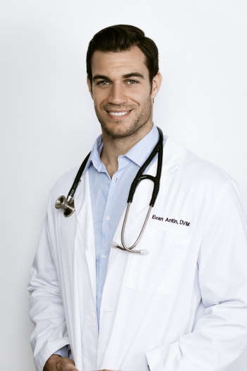 """PEOPLE MAGAZINE'S """"SEXIEST VETERINARIAN ALIVE"""" DR. EVAN ANTIN will join Jon and Talkin' Pets 6/8/19 at 630pm ET to discuss pet dental care"""
